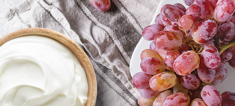 healthy snack idea - yogurt and grapes